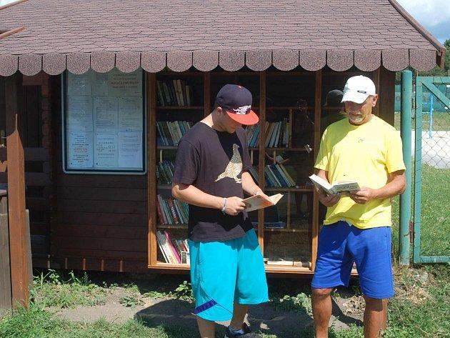 Půjčit si knížku z pouliční knihovny může kdokoliv. Termín vrácení daný není, všechno je dobrovolné. Tudíž i příjem nových přírůstků. Za ten jsou organizátoři rádi.