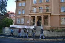 Město Karlovy Vary se rozhodlo, že prodá mateřskou školu v ulici Krále Jiřího, kterou před více než deseti lety pronajalo soukromému zřizovateli. Už tehdejší pronájem za účelem provozování soukromé mateřinky veřejnost i opozice kritizovala.