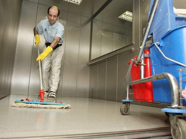 Ve značně omezené nabídce úřadů práce jsou například místa uklízečů.