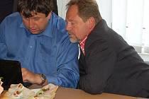 Napětí. Jaroslav Fiala (vpravo) kontroluje průběžné výsledky voleb. Až k večeru se dozvěděl, že poslancem nebude.