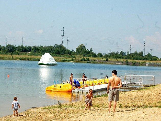 Slunné počasí láká na koupaliště v regionu stále více návštěvníků. Například na Michalu v Sokolově se lidé baví také na místních atrakcích.