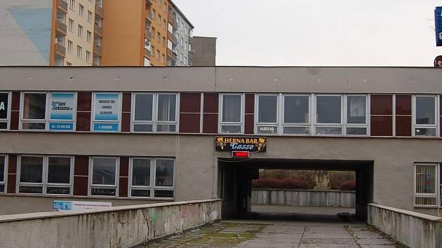 Robert Šichman, provozovatel herny na Čankovské (v objektu Severka na snímku), je již jedenáctým zatčeným v kauze Zádamští.