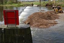 Tuhnický jez. Povodí Ohře rekonstruuje jeden z nejnebezpečnějších jezů v regionu. Po rekonstrukci bude jez snížen v koruně o patnáct centimetrů oproti současnému stavu.