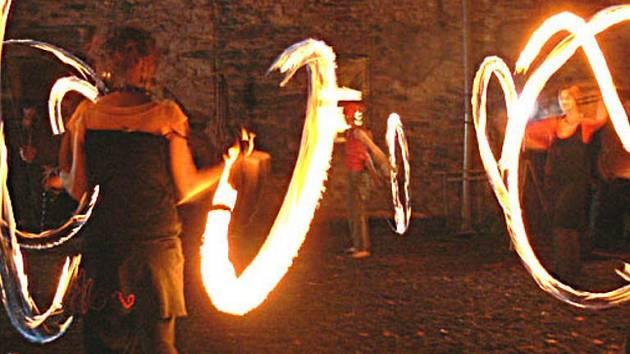 Noc plná ohně. Sobotní přítmí dalo vyniknout vystoupení žonglérů s ohněm. Sobotní noční prohlídka byla poslední kulturní akcí letošního roku na Hauenštejně.
