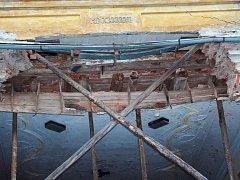 To býval balkon. Pak se zřítil a zámek se téměř rozpadl. Nyní jej obec Štědrá opravuje a střecha jde na řadu jako první. Píše se nová éra tohoto památkového objektu.