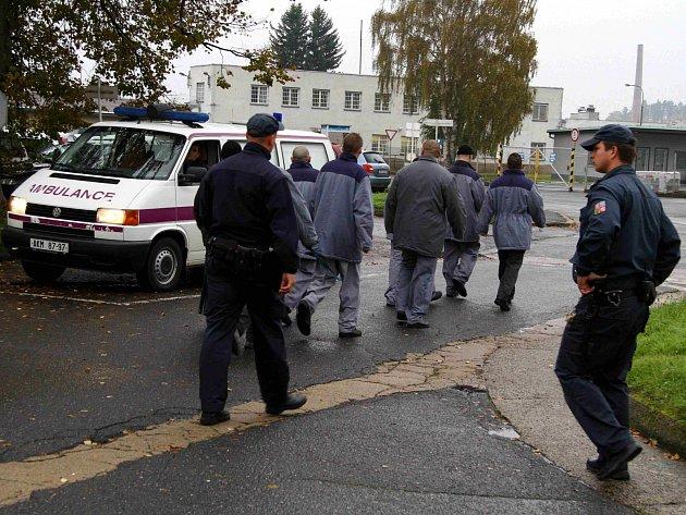 Z úsporných důvodů byl vyhlášen stopstav na zaměstnance a uzavřeny některé budovy