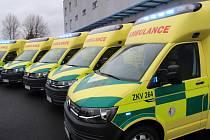 VE VOZOVÉM PARKU krajské záchranky by neměla sloužit sanitka, která by měla najeto více než 300 000 kilometrů. I proto teď dostali záchranáři dalších pět nových automobilů.
