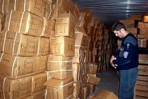 Téměř 1,8 milionu korun by představoval únik na daních a dalších poplatcích, pokud by se dostalo v prvním pololetí na trh nelegální zboží, které skončilo v rukách celníků v Karlovarském kraji.