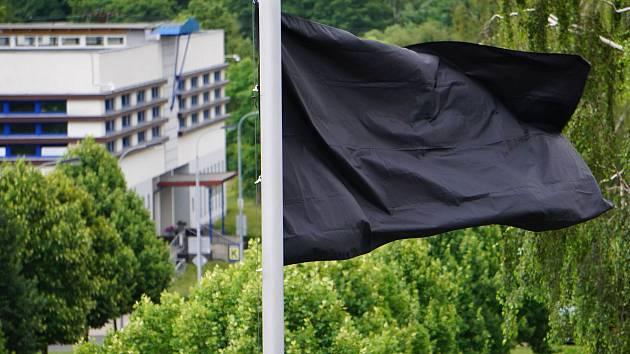 V areálu krajského úřadu zavlála černá vlajka.