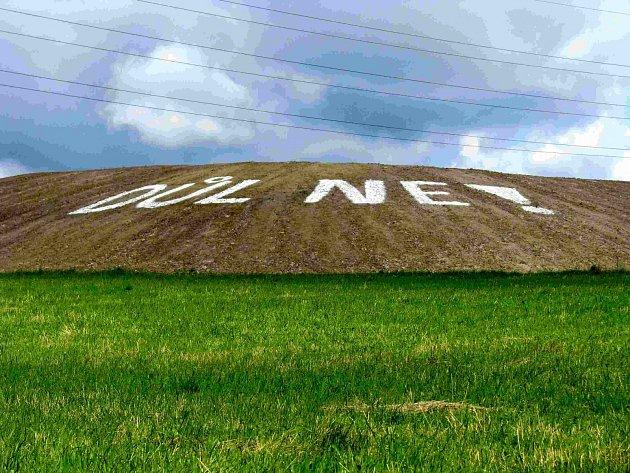 Postavit oddělující val byl jeden z požadavků obce, ten nyní zdobí nápis od občanů.