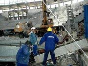 Stavba v bahně. Ředitel KV Areny Milan Bártl se včera na staveništi musel probrodit bahnem.