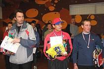 Vítězové hlavní kategorie mužů. Zleva: třetí Karel Rambousek ze Sokolova, uprostřed vítězný Peruánec Vladimir Escajadillo a vpravo stříbrný Jan Kubíček.