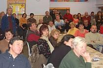 Pondělní mimořádné zastupitelstvo v Dalovicích se konalo kvůli očekávanému velkému zájmu lidí v jídelně základní školy. Do té nakonec přišlo na dvě stovky Dalovických.