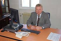NOVÝ STAROSTA. Včera dopoledne se poprvé s chodem nejdecké radnice seznámil nový starosta Nejdku Vladimír Benda (ČSSD).