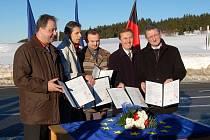Starostové Kurort Oberwiesenthalu, Breitenbrunnu, Loučné pod Klínovcem, Božího Daru a Jáchymova podepsali dokument o vzájemné spolupráci.