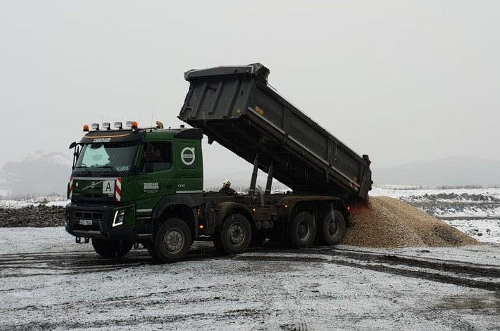 Hasiči na skládce komunálního odpadu u Činova zasahovali šest dní.