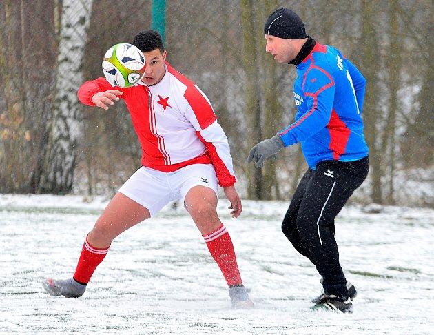 Zimní turnaj ostrovského FK za sebou udělal ovíkendu definitivní zimní tečku. Celkovým vítězem se stala Stará Role (vmodrém), která se na závěr loučila ve finálové skupině vítězstvím nad karlovarskou Slavií 6:0.