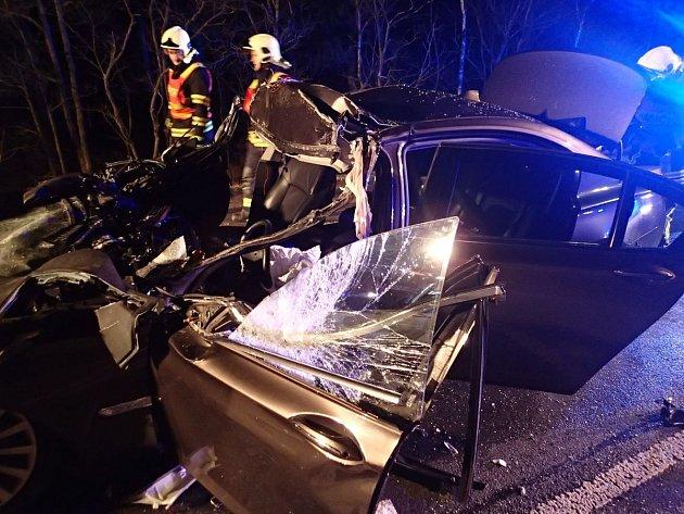 Při vážné nehodě uBochova museli hasiči vyprostit řidiče a spolujezdce zosobního auta.