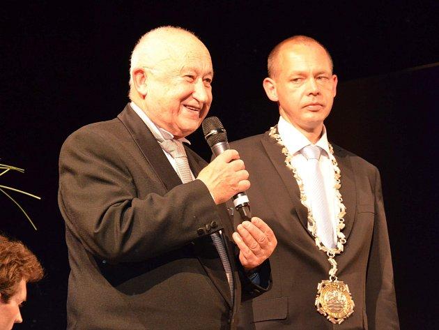 Čestným občanem města se stal Alois Ježek. Na snímku s primátorem Petrem Kulhánkem.