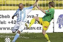 Fotbalisté Unionu Cheb ani na pátý pokus nezvítězili, když na domácím trávníku přenechali v duelu české fotbalové ligy všechny tři body hostujícím Prachaticím. Na snímku chebský David Sládeček (vlevo) v souboji s hráčem Prachatic.