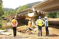 Ministr dopravy Dan Ťok si prohlédl některé silniční stavby v Karlovarském kraji.