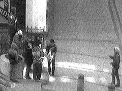 SKUPINKA MLADÝCH LIDÍ vylepovala v centru Karlových Varů letáky hnutí Anonymous. Jeden z nich přilepili i na ruku sochy T. G. Masaryka.