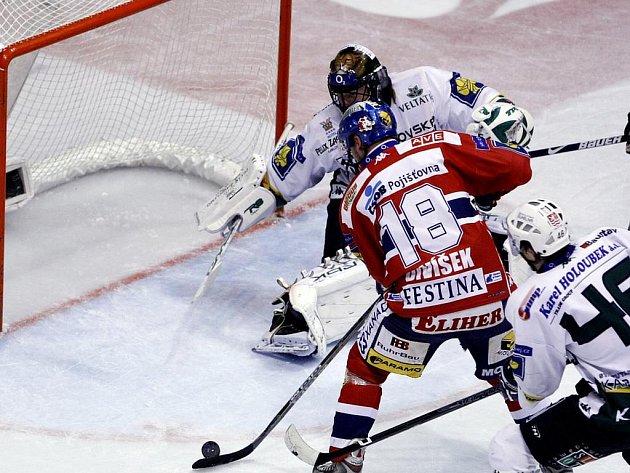 Karlovarští hokejisté v Pardubicích třikrát vedli, ale nakonec prohráli.