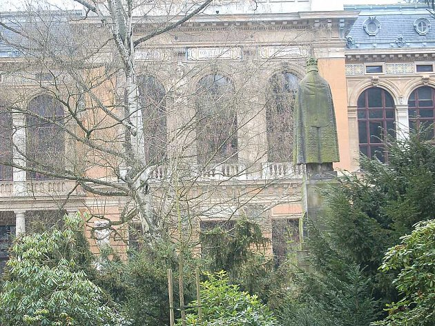 O tom, zda Karlovy Vary prodají Císařské lázně kraji, se bude ještě jednat. Někteří zastupitelé namítají, že město je kraji vlastně daruje, což podle nich není možné.