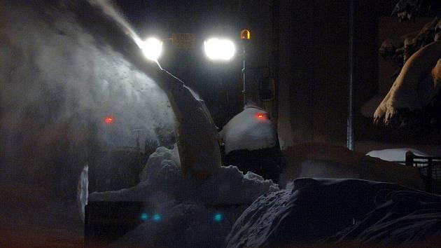 Silničáři se nezastaví ani v noci. Sněžná fréza musela v noci na pátek uvolnit ulice v Perninku v Krušných horách
