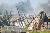 Ve středu vzplanul oheň v nevyužívaných garážích za autosalonem Kia v Karlových Varech. Na místě zasahovalo pět hasičských aut.