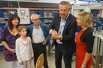 Hejtmanka Jana Vildumetzová se při návštěvě Nejdku podívala i do provozu společnosti Witte Automotive.