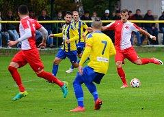 Karlovarská Slavia remizovala ve Fortuna ČFL s týmem Litoměřicka (ve žlutomodrém) 2:2.