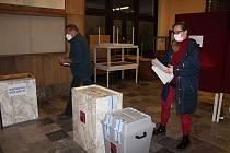 O volby v Jáchymově je obrovský zájem. Všichni místní, kteří jdou volit, hlasují i v rámci referenda o výstavbě Skywalku na Klínovci.
