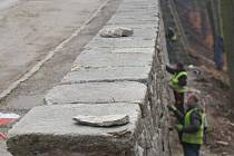 MEZI NEJNÁKLADNĚJŠÍ opravy v minulých letech patřila sanace opěrných zdí, které jsou součástí silnice Stará pražská.