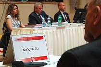 Hnutí Karlovaráci se v karlovarském zastupitelstvu přidává, byť nedobrovolně, k opozici. Odvolána byla i náměstkyně primátora Hana Zemanová.