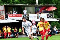 Benefiční turnaj ve Dvorech ovládl výběr Real Top Praha (v bílém), druhé místo připadlo VTJ Karlovy Vary (ve žlutém) a bronz brala Slavia Karlovy Vary.