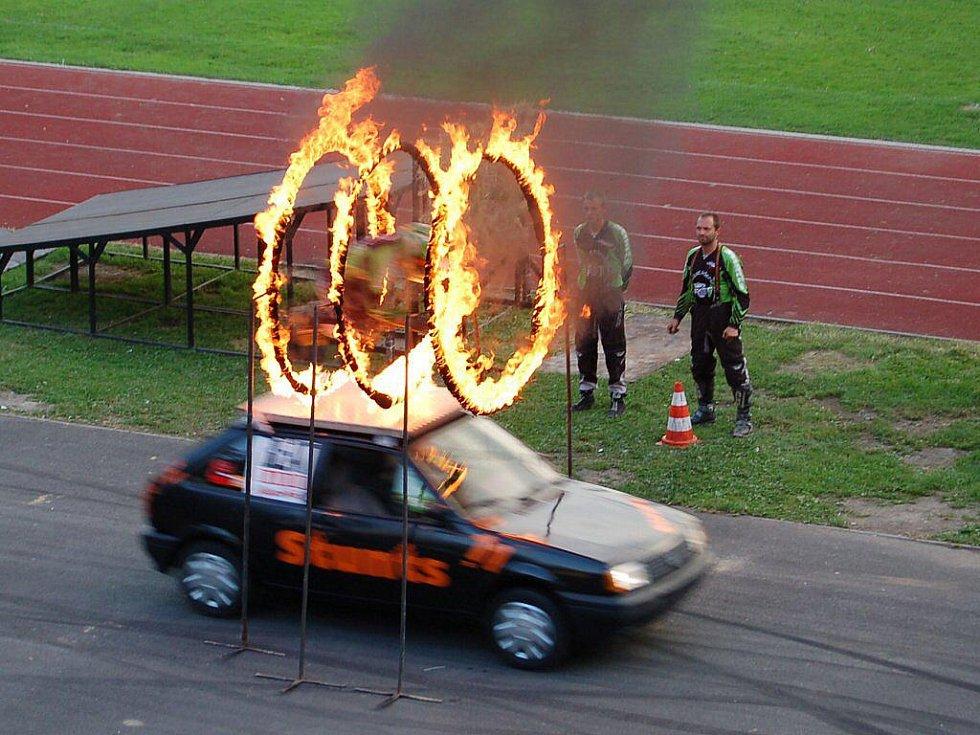 Kaskadéři skupiny Flott Cascaders Team předvedli na karlovarském stadionu AC Start své umění