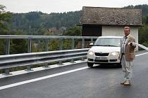 Nová opěrná zeď. V Radošově se během necelých pěti měsíců realizovala výstavba nové opěrné zdi.