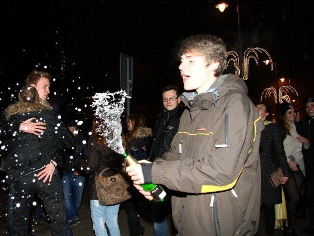Nejen na třídě TGM, ale i v hospůdkách a na ulicích oslavovali Karlovaráci příchod roku 2014