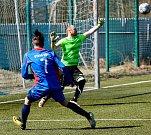 Fotbalisté Staré Role (v modrém) dosáhli na cennou výhru 5:3 v derby nad týmem Toužimi (v bíločerveném).