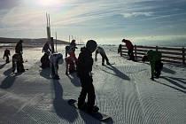 Skiareály v Karlovarském kraji očekávají opět slušnou návštěvu lyžařů.