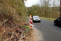 SESUNUTÝ SVAH u pozemní komunikace u Březové komplikuje život řidičům už několik měsíců. Jeho rekonstrukce by mohla začít už začátkem příštího roku.