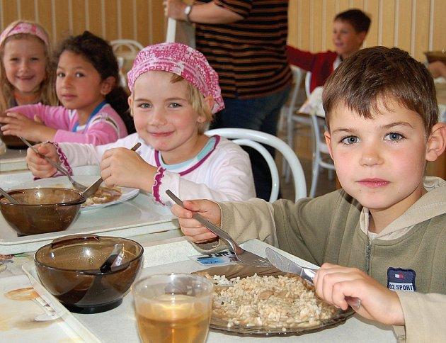 Dětem ze základní školy jídlo z kuchyně chutná.
