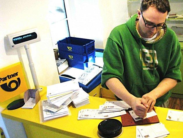Pošta v Božím Daru je první partnerskou pobočkou v České republice a dosud jedinou v Karlovarském kraji. Obec poštu provozuje velmi úspěšně včetně ježíškovské pošty.