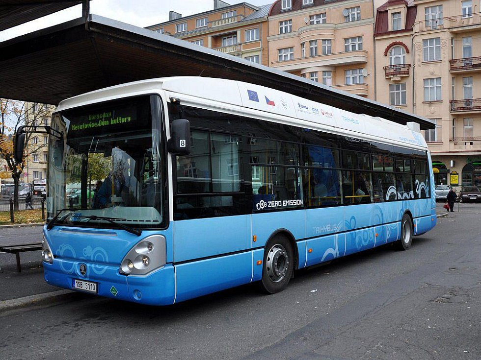 Autobus s vodíkovým pohonem se představil v úterý 25. října v Karlových Varech na lince č. 12