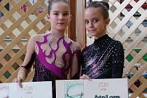 Po premiéře. Karlovarské moderní gymnastky Kristina Bernatová (vlevo)a Zuzana Rubášová mají za sebou premiéru na mistrovství republiky kadetek.