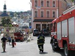 Na Zámeckém vrchu odstranili hasiči okap uvolněný ze stěny domu, aby předešli jeho zřícení na ulici.