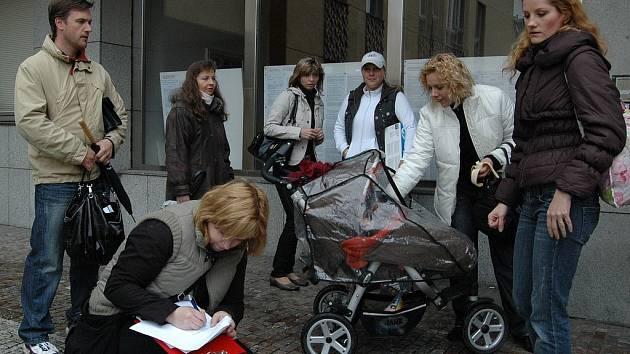 Rodiče dětí ze školky v ulici Krále Jiřího na magistrátu. Primátorka Vlková, náměstkyně Petříková ani náměstek Hybner na ně neměli čas.