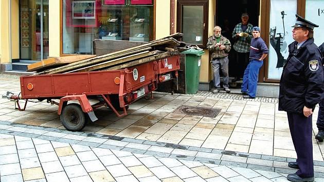 Zákaz parkování neobejdou ani lidé s vozíkem plným nákladu.