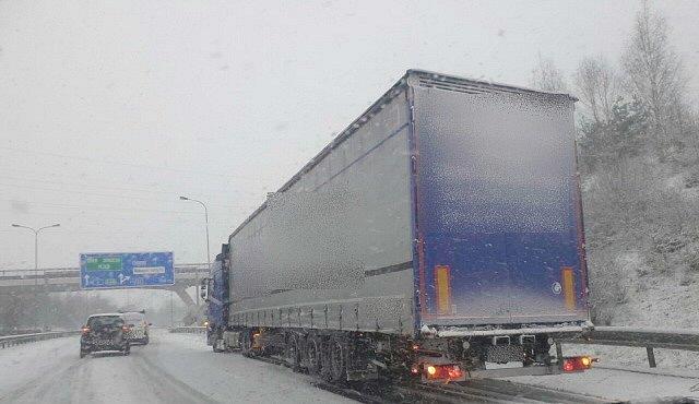 Kamiony uvízly na zasněžených silnicích v Karlovarském kraji